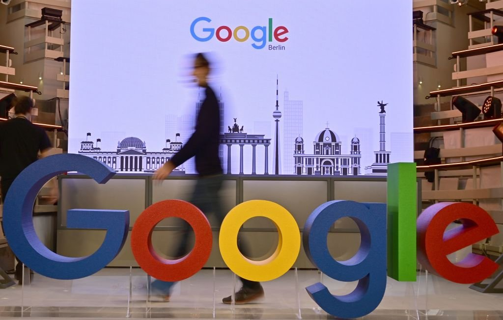 受中共病毒疫情影響,谷歌(Google)和微軟(Microsoft)正在加速將其智能手機或電腦產品的生產線移出大陸。(Tobias SCHWARZ/AFP/Getty Images)