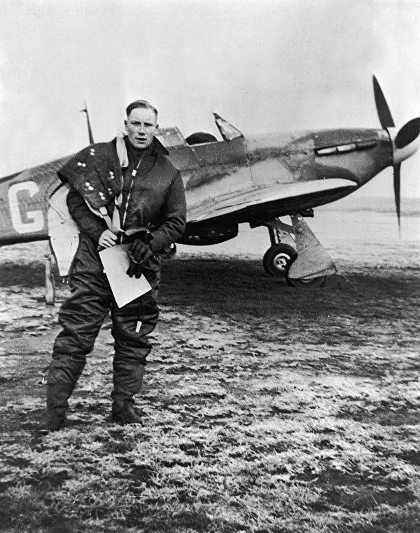 1940年,英國皇家空軍飛行員道格拉斯‧霍恩(Douglas Horne)在泰晤士河口對德國空軍的一次出擊後,返回基地。 (Hulton Archive/Getty Images)