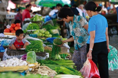 中國大陸物價上揚,圖為北京民眾正在購買蔬菜。(法新社)