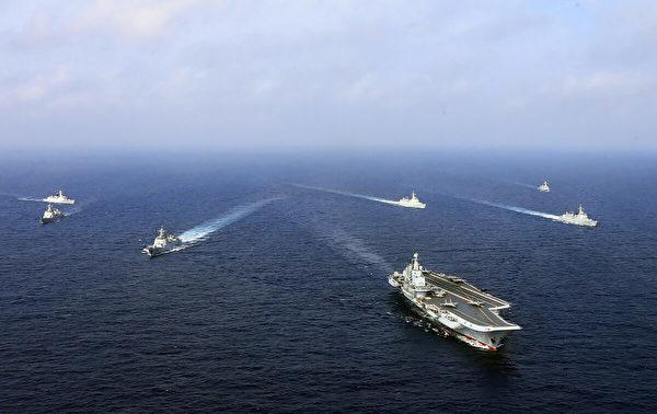 2018年4月,中國作戰航空母艦「遼寧號」(前)與其它艦艇一起在海上演習。2018年4月23日,中國官方媒體報道稱,中國海軍艦艇編隊在東海舉行了「實戰演習」。北京新興海軍在爭議海域的最新武力展示激怒了鄰國。(AFP via Getty Images)