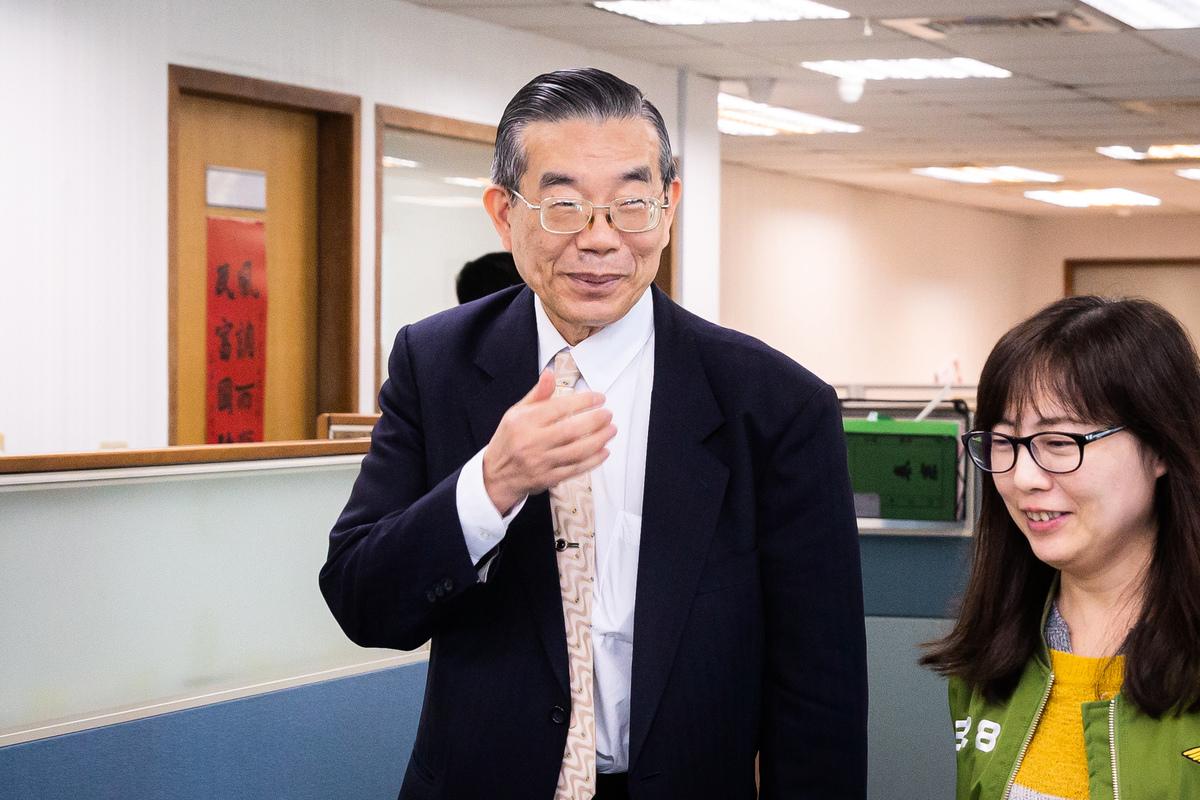 前衛生署副署長李龍騰(左)2月26日出席民進黨中常會進行專案報告。(陳柏州/大紀元)