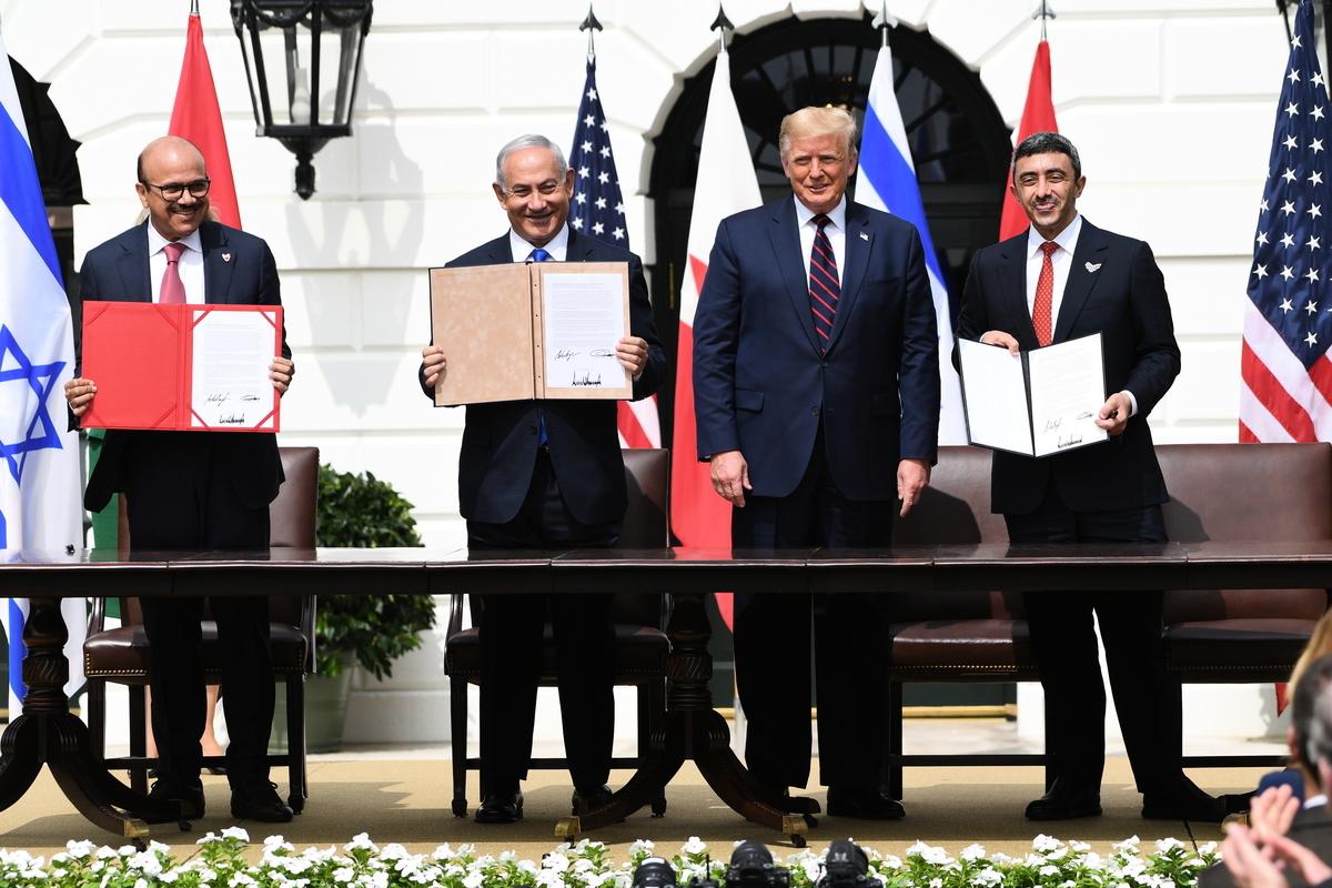 2020年9月15日,巴林外長(左一)、以色列總理(左二)、特朗普總統和阿聯酋外長(右一)參加和平協議簽署。(SAUL LOEB/AFP)