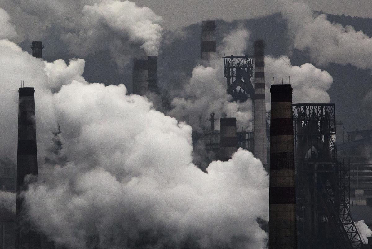 自2004年以來,澳洲的人均碳排量下降了15.4%,而同期中國的人均碳排量增加了83.5%。圖為河北的鋼鐵廠。(Kevin Frayer/Getty Images)