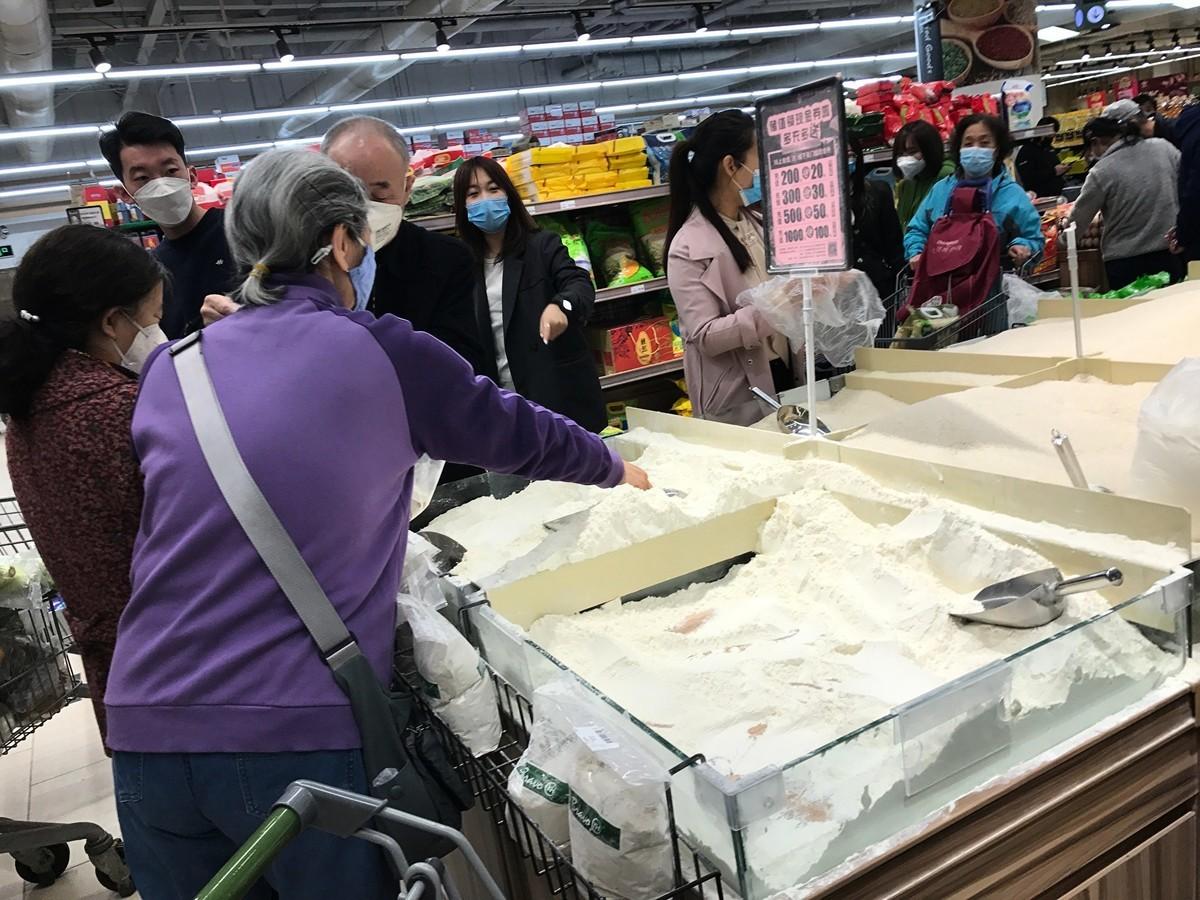 2020年4月4日,北京亞運村地區的超市,都是搶購糧食的人。(大紀元)