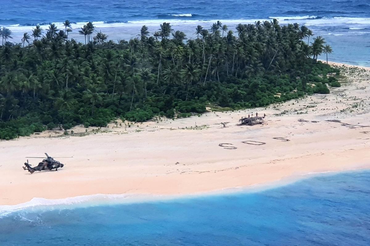 近日,三名密克羅尼西亞船員發生意外,漂留在一個偏遠的太平洋小島上,他們在沙灘畫出巨大的SOS求救信息,失蹤三天後成功獲救。(AFP PHOTO/AUSTRALIAN DEFENCE FORCE)
