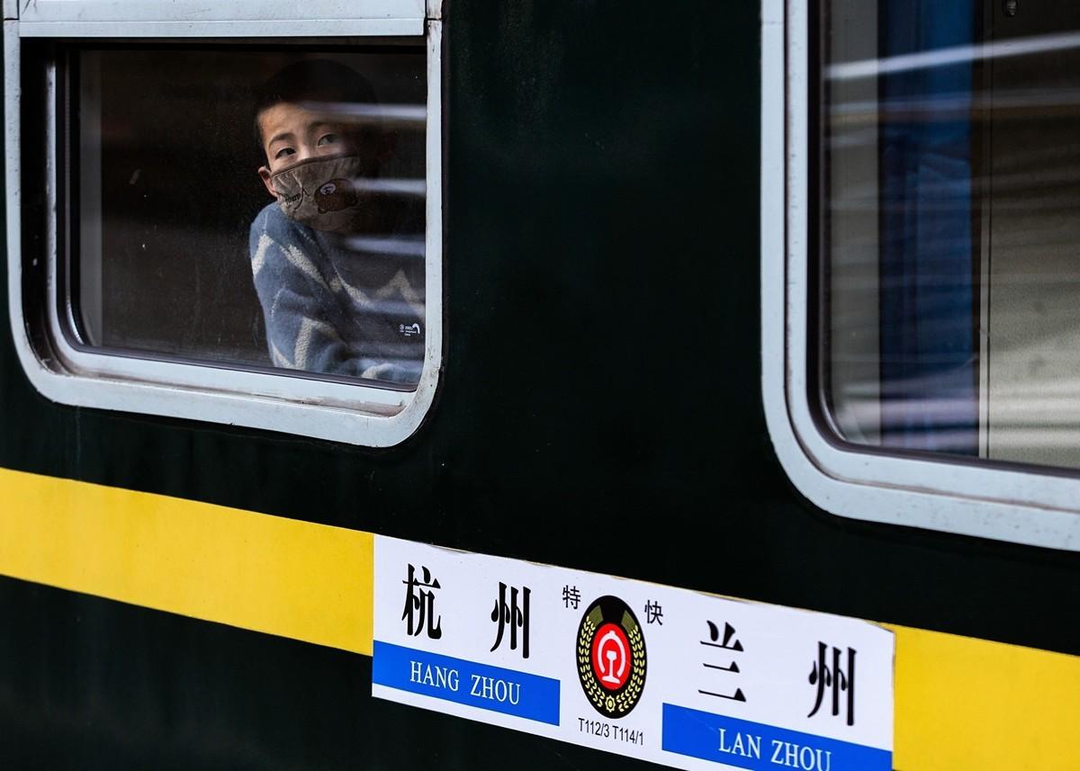 江蘇及多省市連日中共肺炎確診病例零增長,相關數據被指為復工做準備。圖為2月18日江蘇南京火車站上。(STR/AFP via Getty Images)