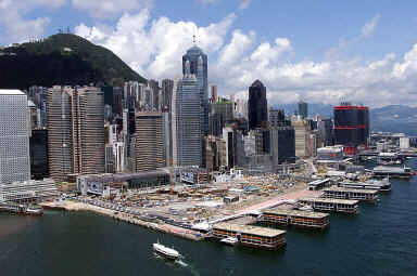 瑞銀(UBS)首席投資辦公室全球房地產部門負責人薩普特莉(Claudio Saputelli)女士近日警告,部份地區房地產過熱,並點名全球6個城市,包括香港。(法新社)