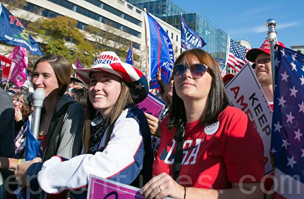 2020年11月14日,在華盛頓DC,參加制止竊選(Stop the Steal)大遊行和集會的民眾,戴著印有「 Trump 2020」字樣的帽子表達支持。(李莎/大紀元)