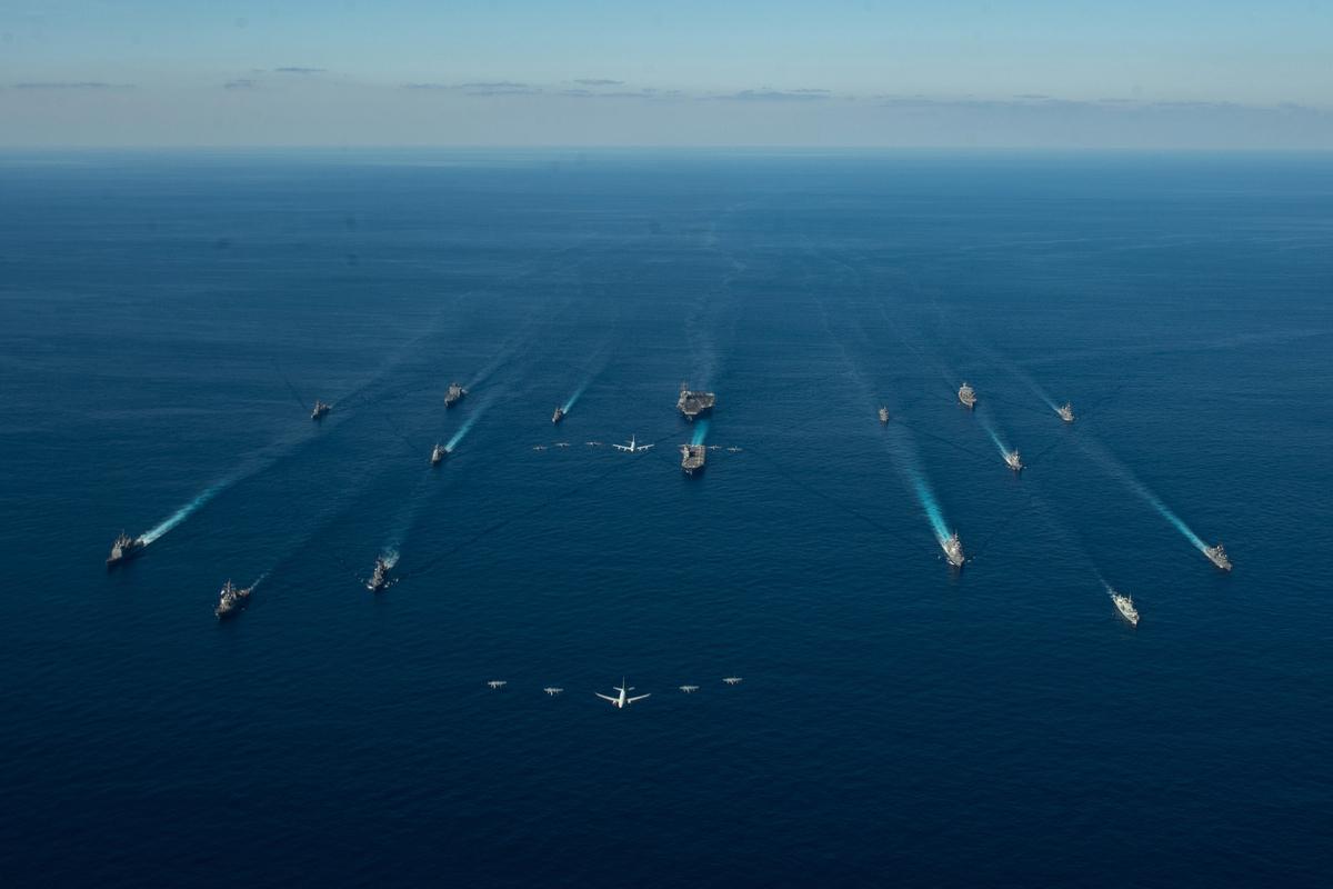 2020年10月26日,羅納德‧列根(Ronald Reagan)航空母艦打擊群與日本海上自衛隊的第1和第4護航艦隊,和加拿大皇家海軍的編隊在利劍演習(Keen Sword)中,美國海軍、海軍陸戰隊、空軍和日本空中自衛隊的飛機從艦隊上方飛過。(美國海軍)