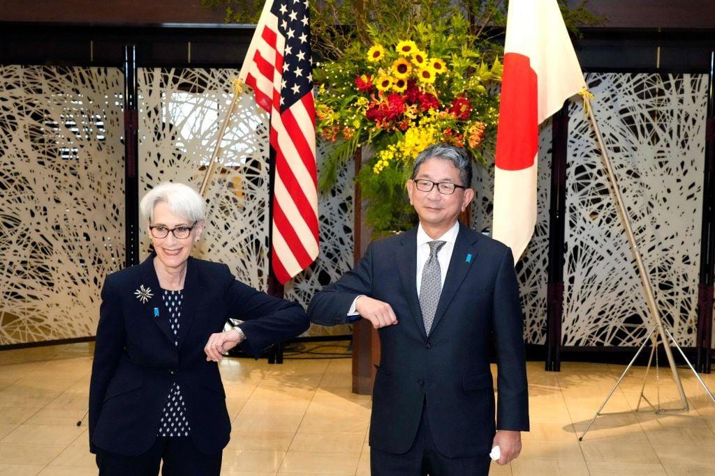 7月20日,美國副國務卿舍曼(Wendy Sherman,左)已經在東京與日本副外務相森武夫(Takeo Mori,右)舉行會談。7月21日,舍曼訪問中國的行程才在最後一刻確定。(Eugene Hoshiko/POOL/AFP via Getty Images)