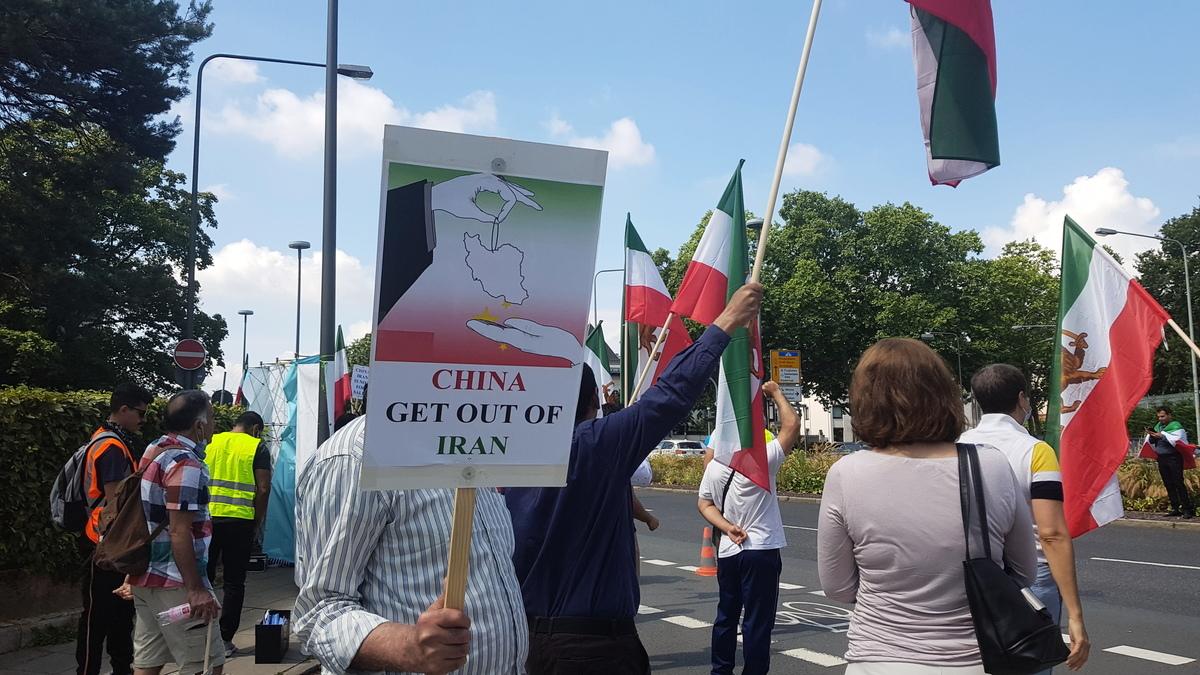 「中國(中共)滾出伊朗」,2020年7月17日,伊朗人在德國法蘭克福中領館前抗議中共在伊朗搞擴張。(大紀元)