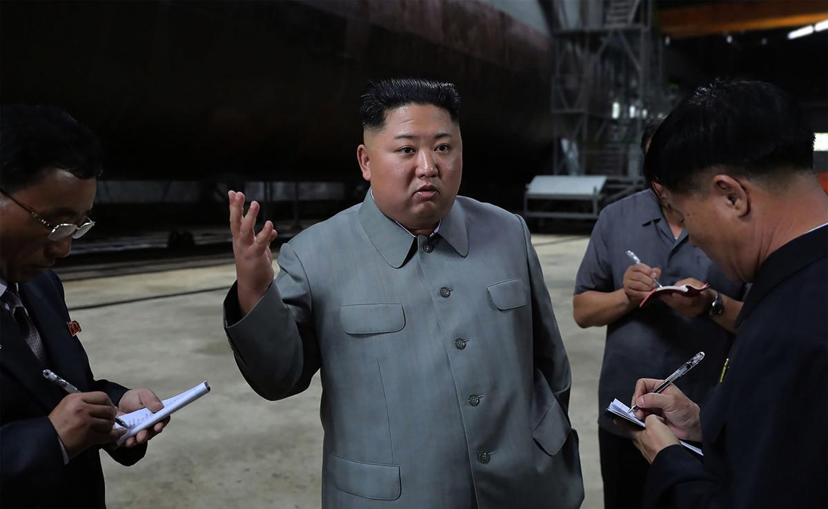 示意圖,圖為金正恩視察一艘北韓潛艇。(Photo by KCNA VIA KNS/KCNA VIA KNS/AFP)