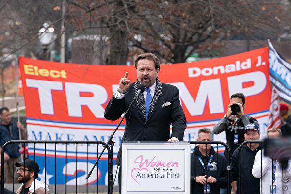 12月12日,數十萬來自美國各州的民眾聚集首都華盛頓DC,舉行盛大集會和遊行,要求「停止竊選(Stop The Steal)」,力挺特朗普總統。圖為特朗普總統前副助理塞巴斯蒂安‧戈爾卡博士(Sebastian Gorka)在自由廣場的集會上發言。(石青雲/大紀元)