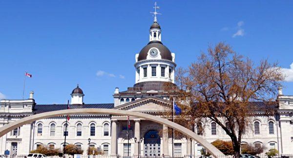 5月13日世界法輪大法日,加拿大金斯頓市升起法輪大法日旗。(文森特⋅杜提供)
