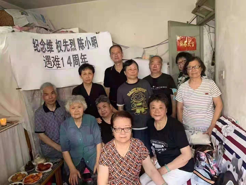 2021年7月1日上海11訪民祭奠陳小明被公安帶走。(受訪者提供)