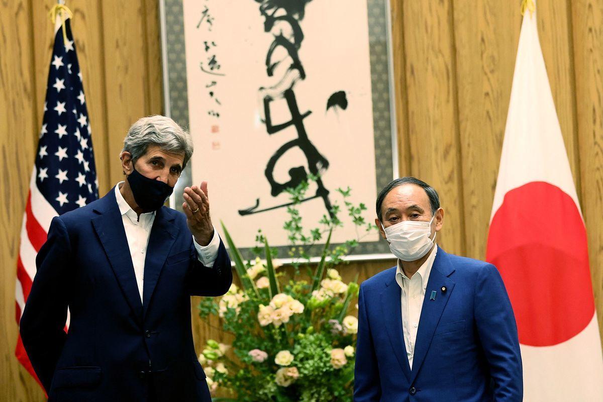 2021年8月31日,美國氣候特使克里抵達東京,展開出訪日本、中國的行程。圖為克里會見日本首相菅義偉(右)。 (BEHROUZ MEHRI/POOL/AFP via Getty Images)