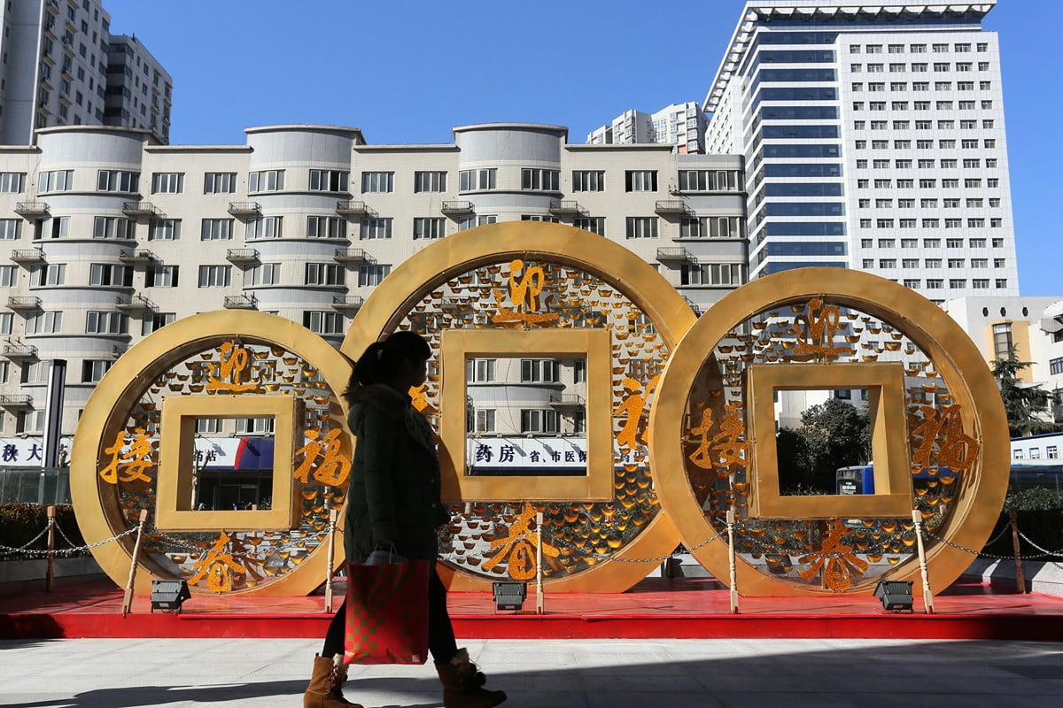 中共銀行大舉發行永續債被指由於陷入一種非常大的危機。圖為2014年中國鄭州一銅硬幣形狀的裝飾物。(VCG/VCG via Getty Images)