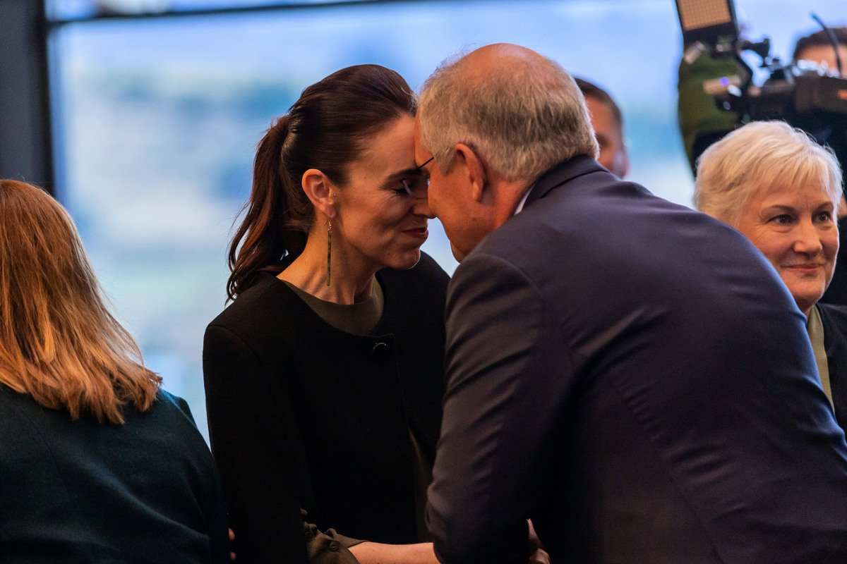 2021年5月30日,澳洲總理斯科特·莫里森和紐西蘭總理傑辛達·阿德恩在紐西蘭基督城舉行的一年一度的澳洲-紐西蘭領導人會議之前,以傳統的毛利人問候方式互相問候。(James Allan/Getty Images)