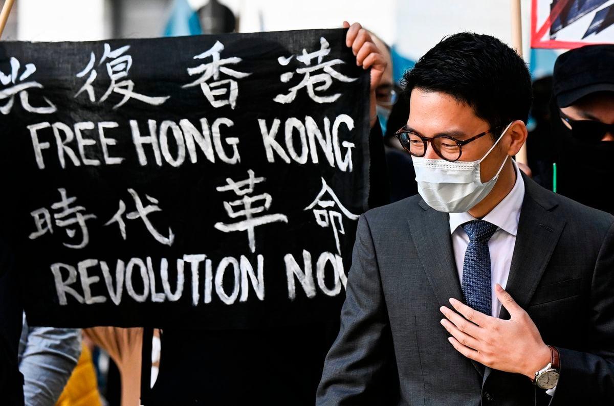 2020年9月1日,德國柏林,羅冠聰站在「光復香港 時代革命」的標語旁。(TOBIAS SCHWARZ/AFP via Getty Images)