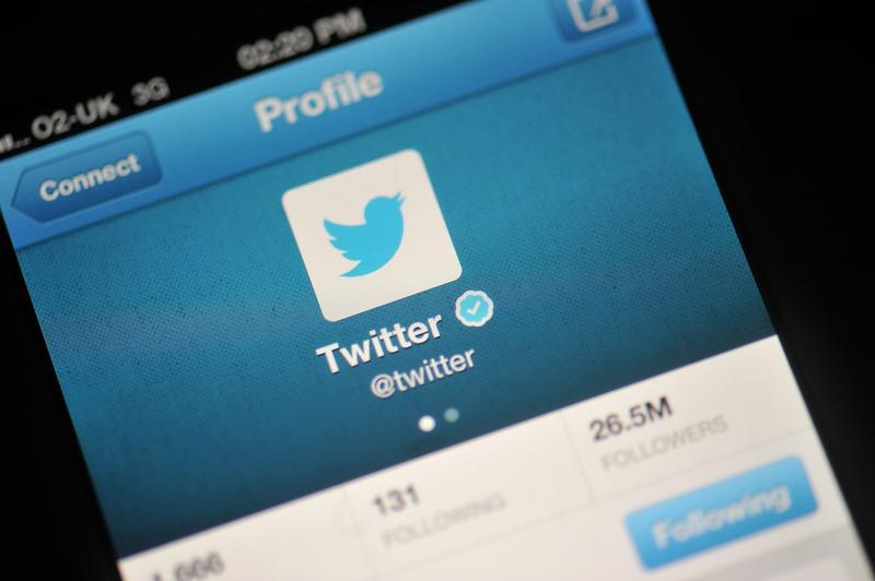 近期,中共管控網絡言論的行動再次升級。多位專家學者在海外的推特帳號都被要求關閉。有網民自拍影片,對鏡頭喊道:「你封社交媒體,是你恐懼,為甚麼恐懼?因為你要完了啊!」(Bethany Clarke/Getty Images)