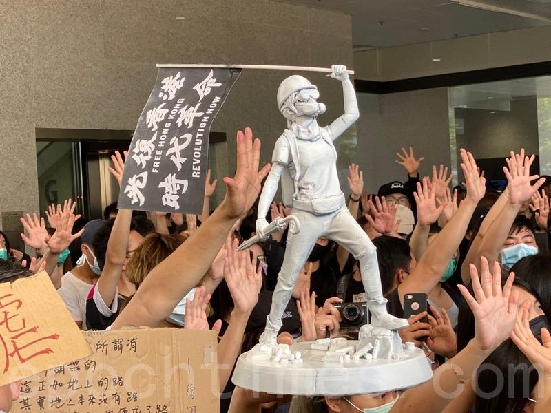 十一國殤日,香港六區發起抗議活動,港警近距離實彈射傷學生,引起民眾更大不滿。圖為2019年10月2日六所中學發起罷課活動。(駱亞/大紀元)