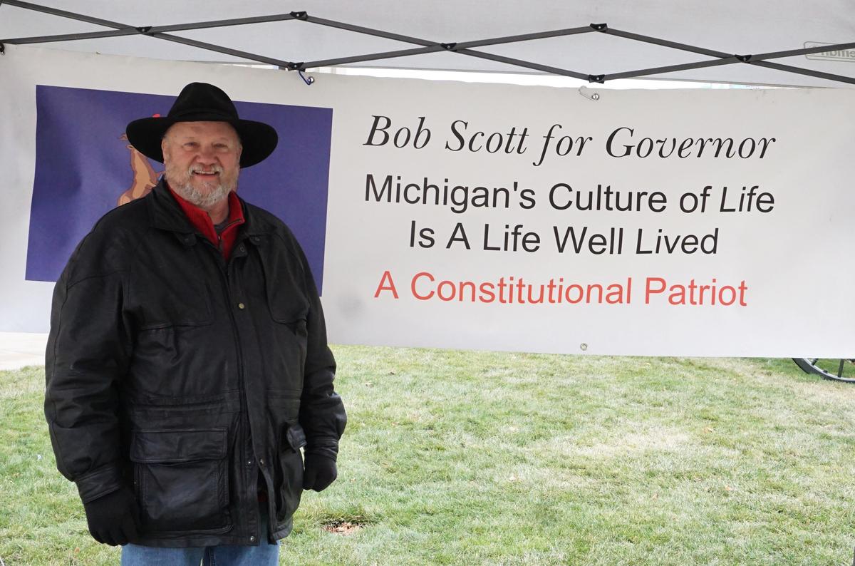 鮑勃·斯科特(Bob Scott)正在準備競選密歇根州的下一屆州長,他也來到了集會現場。他想讓所有人知道,美國應該是一個自由的國家,而這種自由是受憲法保護的。(林慧心/大紀元)