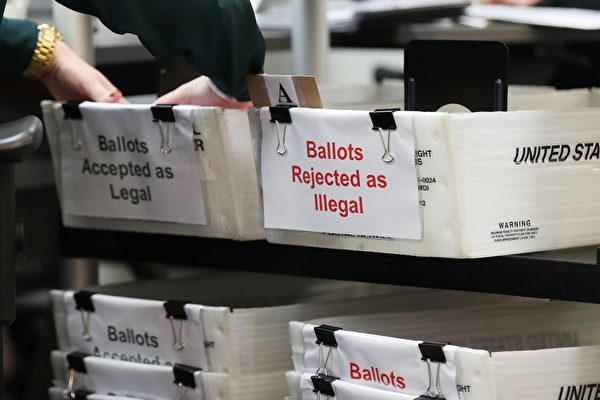 早在去年,賓夕凡尼亞州的審計人員就警告當地政府官員,州選民名冊上存在死人和重複登記的情況。(Joe Raedle/Getty Images)