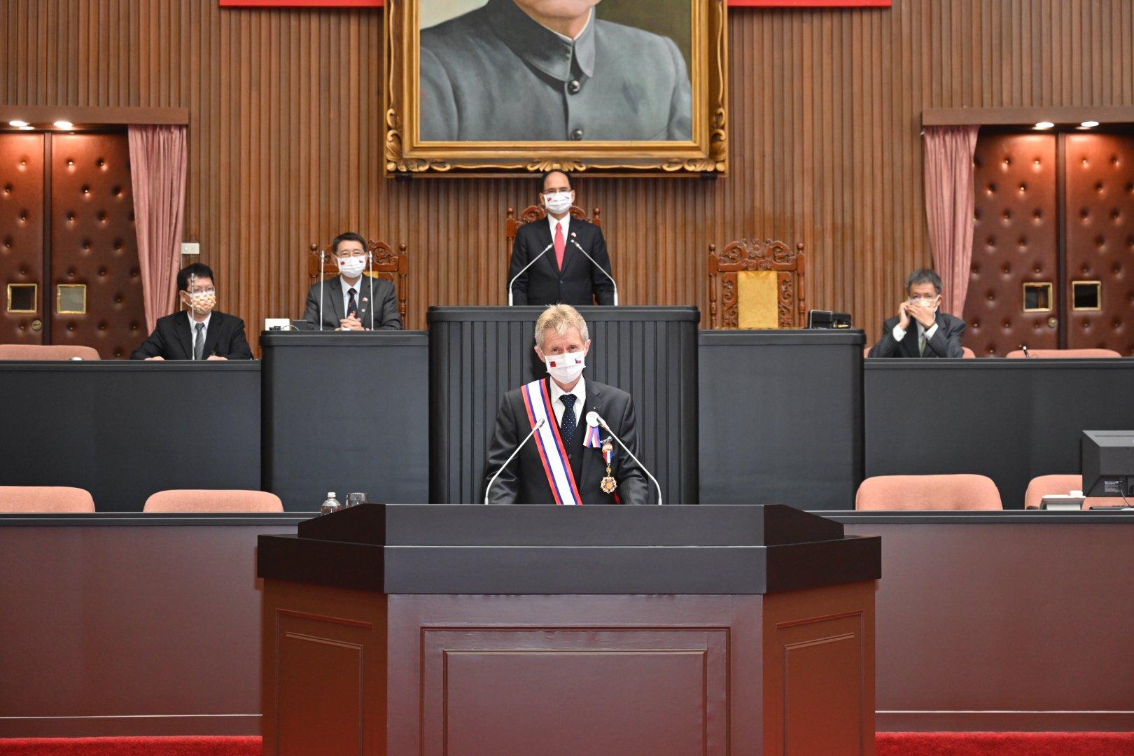 圖為捷克參議院議長維斯特奇爾(Miloš Vystrčil)2020年9月1日在台灣立法院發表演說,仿傚美國前總統甘迺迪「我是柏林人」名言,以中文「我是台灣人」,表達對台灣支持。專家等認為捷克議長此行意義大,牽出歐中台關係新格局。(立法院提供)