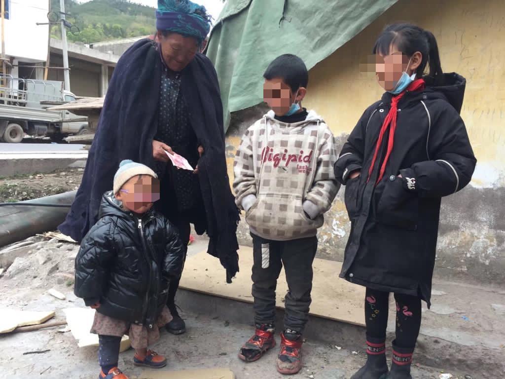 四川大涼山生活貧困的老人接受社會愛心人士贈予的善款。(大涼山慈善事業的義工提供)