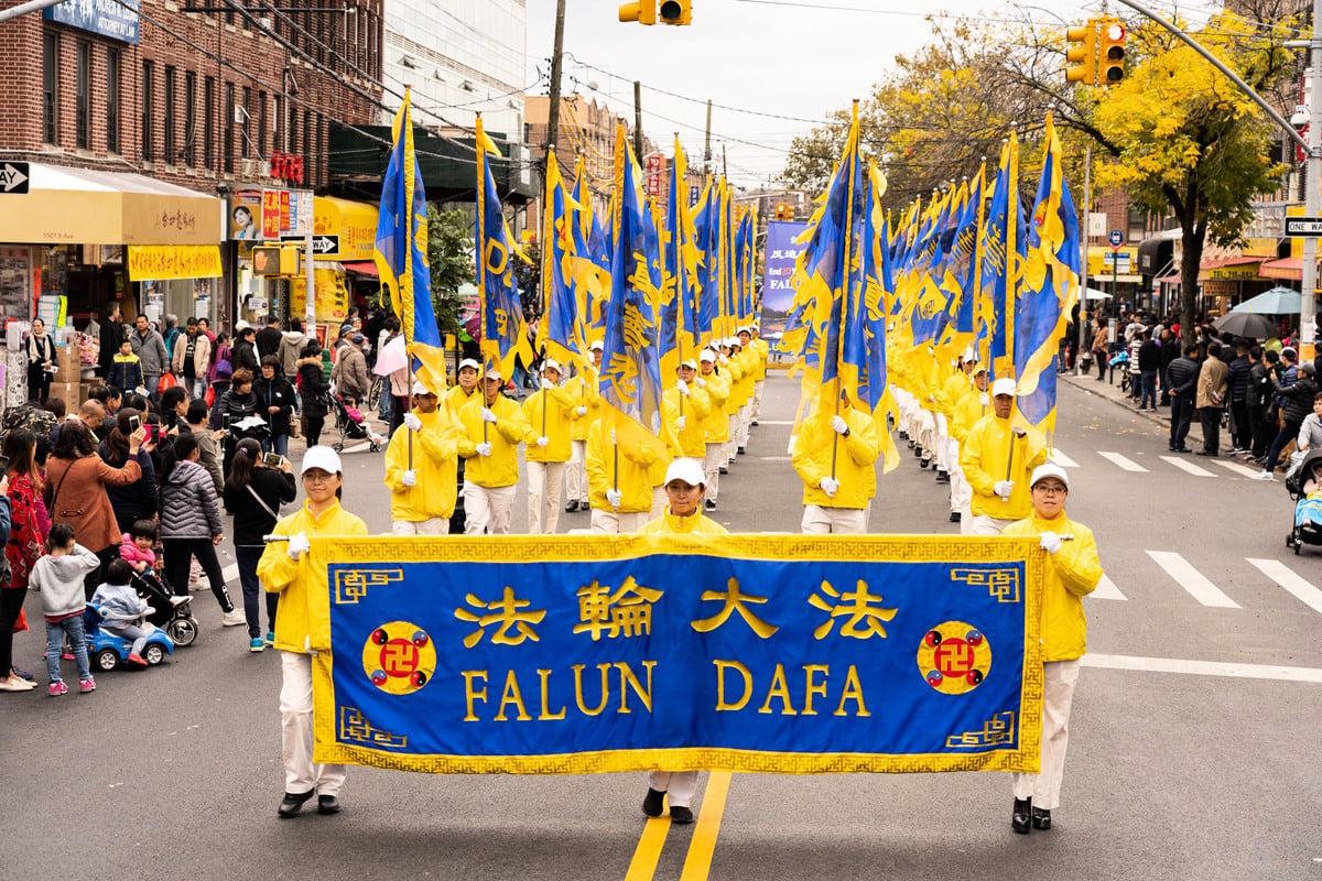 2019年10月20日,紐約部份法輪功學員在布碌崙舉行遊行,聲援三億四千多萬勇士退出中共黨、團、隊。圖為紐約大法旗陣。 (大紀元資料圖片)