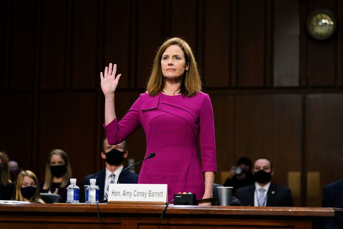 2020年10月12日,美國華盛頓特區,參議院舉行最高法院大法官的第一天確認聽證會,提名人巴雷特(Amy Coney Barrett)正在宣誓。(PATRICK SEMANSKY/POOL/AFP via Getty Images)