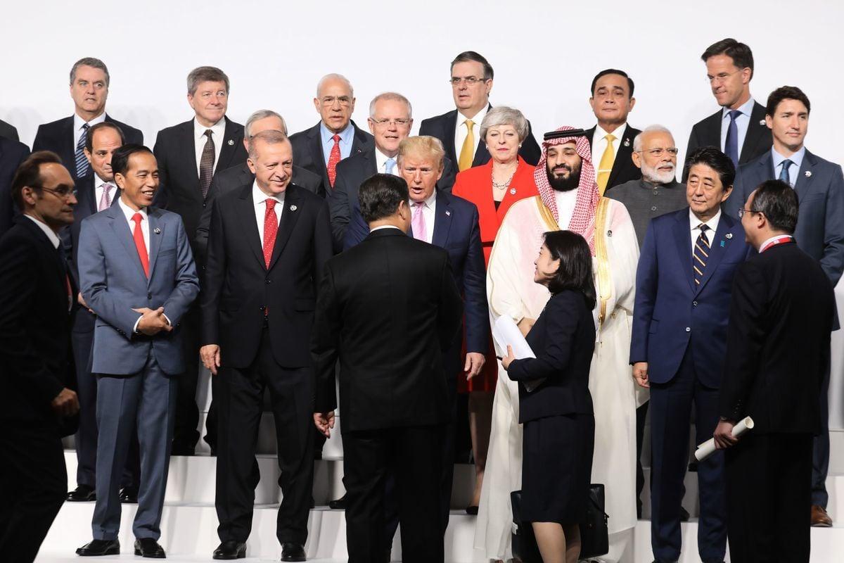 美國總統特朗普(前排,中)和習近平(背對者)的上一次會面,還是2019年6月28日至29日在日本舉行的G20會議,如今連通話都沒有了。(Jacques Witt/AFP via Getty Images)