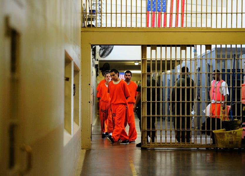 美國加州計劃提前釋放7.6萬囚犯 引發關注