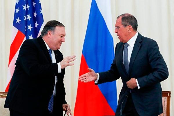 圖為2019年,美國國務卿蓬佩奧(Mike Pompeo)與俄羅斯外長拉夫羅夫(Sergei Lavrov)會晤。(PAVEL GOLOVKIN/AFP via Getty Images)