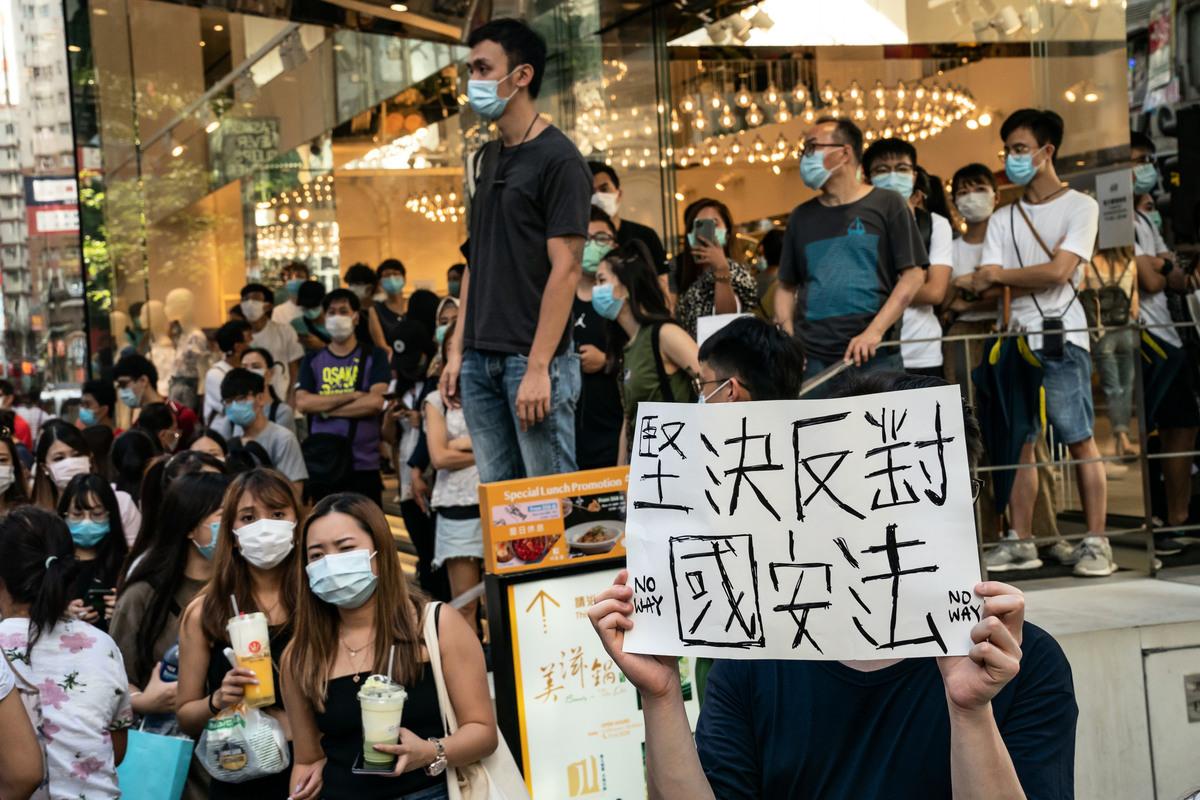 中共2020年6月30日匆忙通過和公佈、並於當日生效的香港「維護國家安全法」包含大量爭議性內容,並進一步加劇了外界對北京侵蝕香港自由的擔憂。圖為香港民眾6月28日在街頭抗議,堅決反對國安法。(Anthony Kwan/Getty Images)