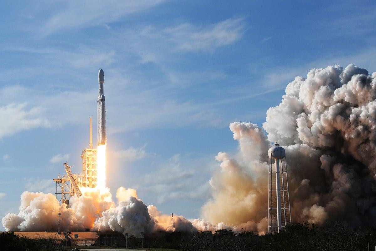 圖為SpaceX火箭2018年2月6日在佛州甘迺迪航天中心的39A發射台升空。(JIM WATSON/AFP)
