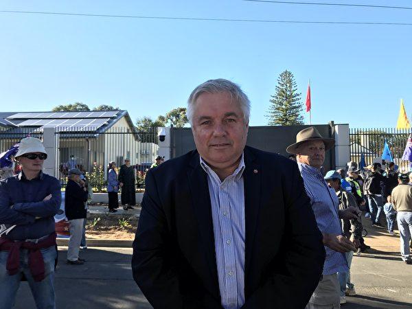 南澳獨立參議員帕特里克(Rex Patrick)參加了當天的集會,並再次呼籲關閉中共領館。(李倩西/大紀元)