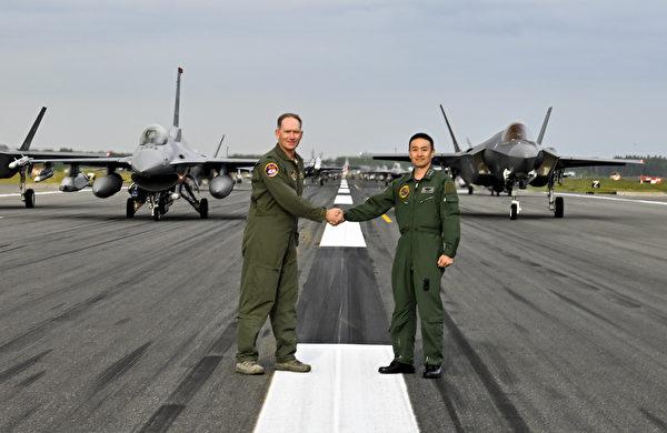 2020年6月22日,美國空軍第35戰鬥機聯隊上校克里斯托弗‧斯特魯夫(Cristo Kristopher Struve)和日本空中自衛隊第3航空聯隊、三澤空軍基地司令久保田少將,在參加大象步道的飛機前握手。當天在三澤空軍基地的大象漫步中,包括美軍的12架F-16CM戰鬥機、12架 F-35A閃電II戰鬥機、2架EA-18G咆哮者電戰機、1架C-12休倫運輸機、2架MC-130J特種戰機、1架P-8波塞冬飛機。(美國印太司令部)