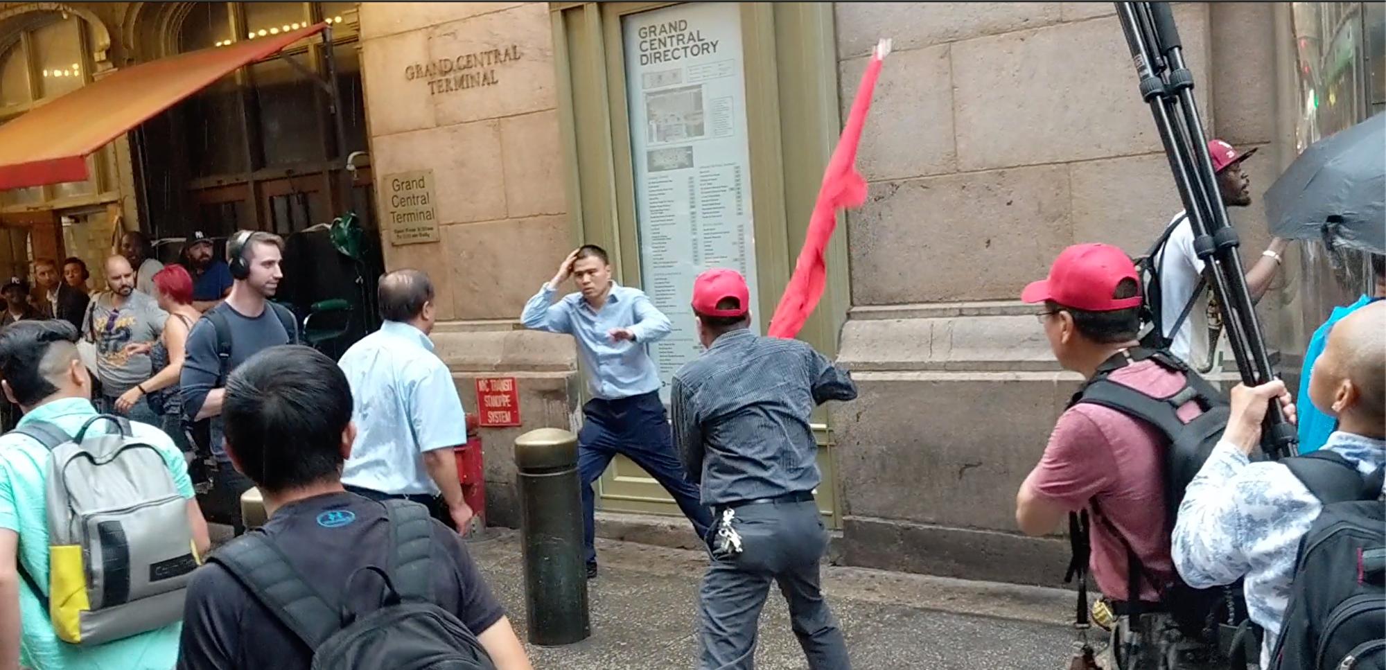 2019年中華民國總統蔡英文過境紐約時,親共分子揮舞五星旗,攻擊蔡英文的支持者。如今他們對美國關閉侯斯頓中領館一聲不吭。(大紀元資料圖)