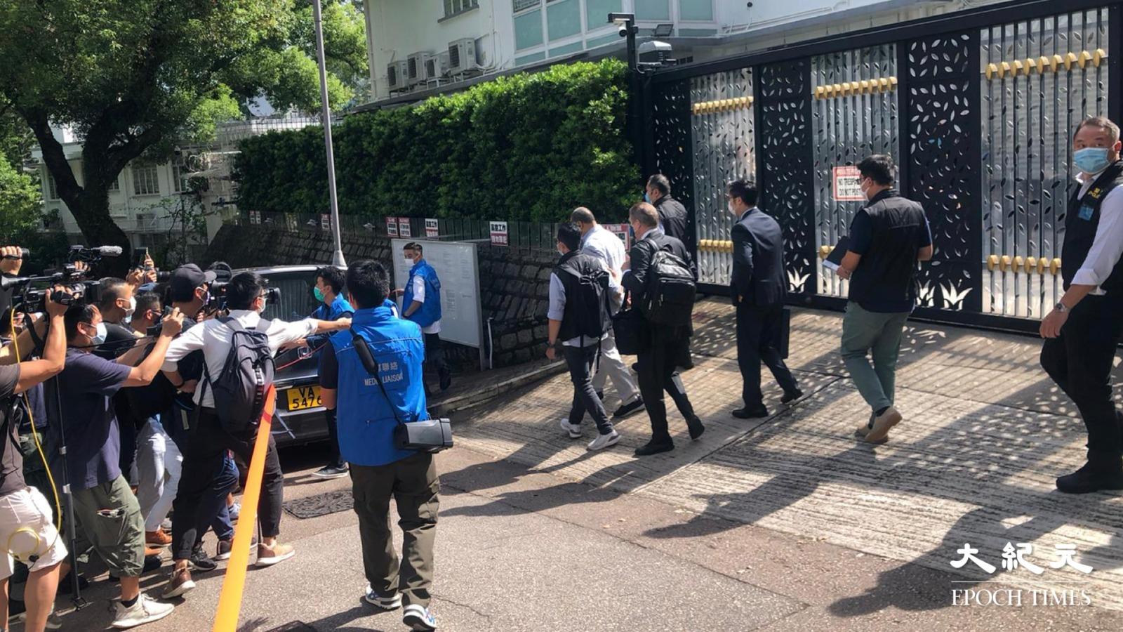 壹傳媒創辦人黎智英2020年8月10日在律師陪同下,由探員帶離何文田大宅。圖為他離開時被戴上手扣。(梁珍/大紀元)