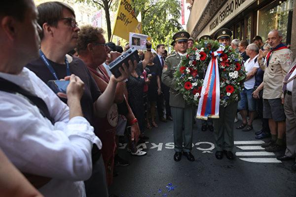圖為捷克民眾在2018年慶祝「布拉格之春」50周年紀念活動,親中共立場的捷克總統澤曼(Milos Zeman)沒有出席。(Sean Gallup/Getty Images)