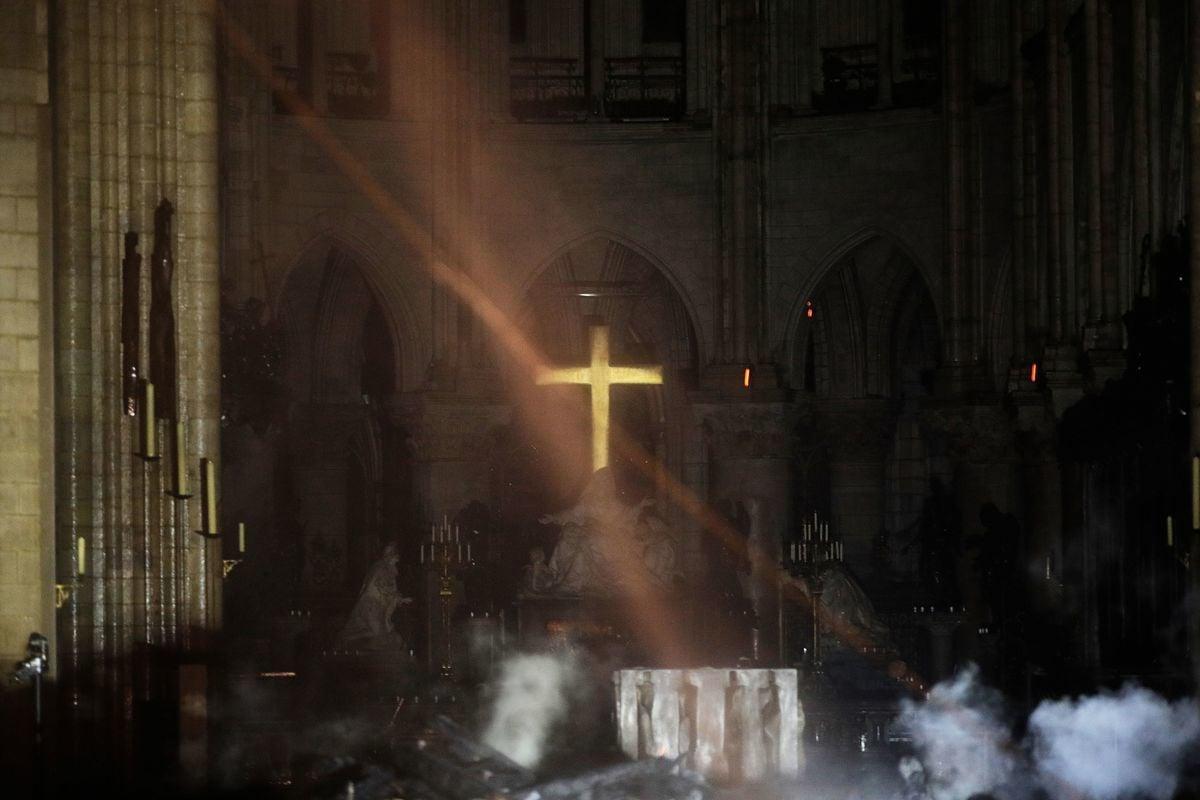 有著850年歷史的巴黎聖母院大教堂,4月15日下午屋頂慘遭祝融肆虐,十字架完好無損,網友熱傳。(PHILIPPE WOJAZER/AFP/Getty Images)