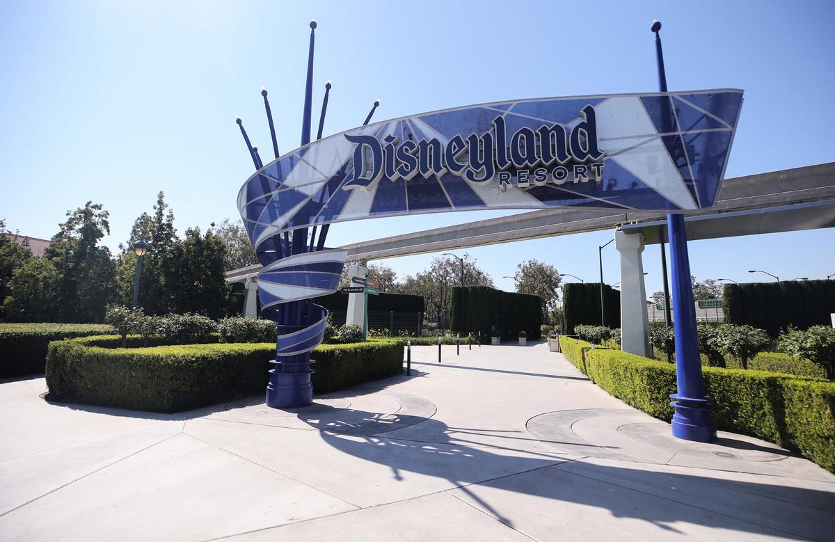 因加州嚴格的關閉令,迪士尼考慮將加州的部份或全部業務搬去佛州。圖為2020年9月30日,加州迪士尼樂園入口處空無一人。(Mario Tama/Getty Images)
