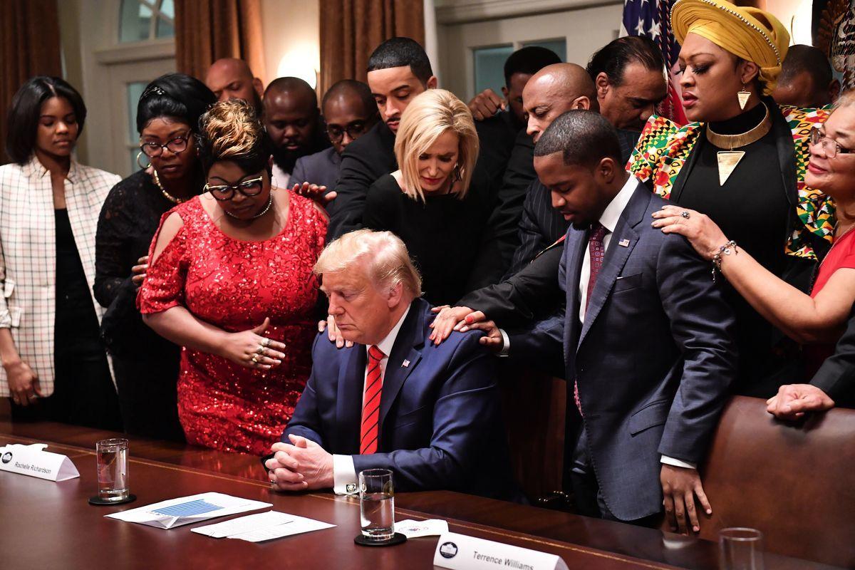 圖為特朗普與非裔美國人領導人在白宮內一起祈禱。(NICHOLAS KAMM/AFP via Getty Images)