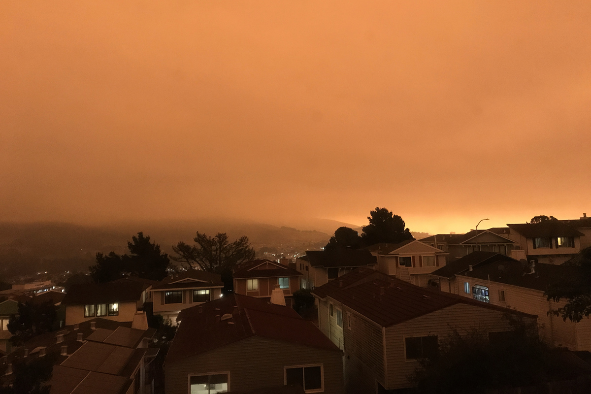 2020年9月9日上午11點半左右,三藩市灣區的天空被山火煙塵遮蔽,呈暗紅色,因為太暗了,很多住家都點亮了燈。(大紀元)