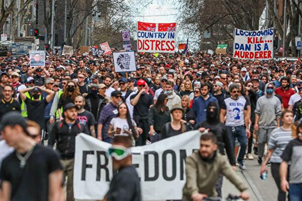 2021年8月21日,澳洲墨爾本,抗議者舉著橫幅遊行。(Getty Images)
