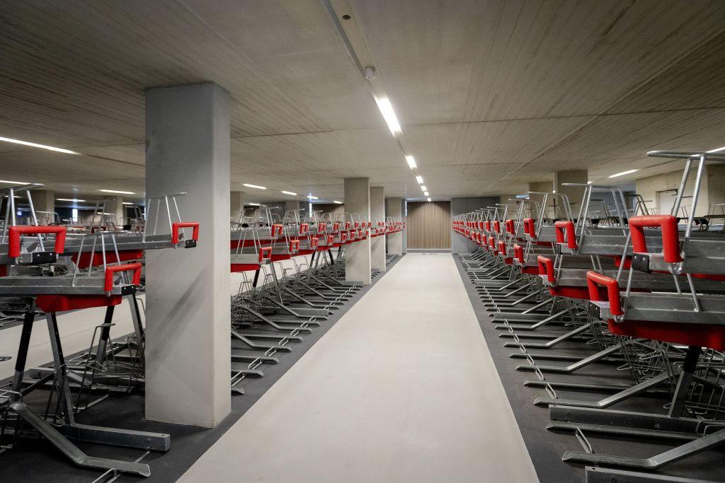 世界最大的地下單車停車場於8月19日在荷蘭Utrecht落成使用。(ROBINVAN LONKHUIJSEN/Getty Images)