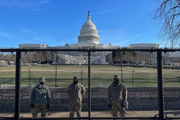 2021年1月9日,美國國民警衛隊士兵守衛在國會山外圍的防護網後面。(DANIEL SLIM/AFP via Getty Images)