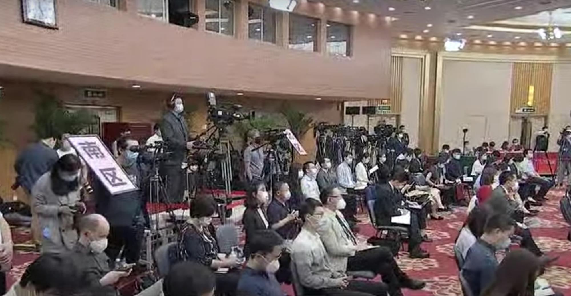 兩會結束,李克強舉行記者會,因為疫情的緣故,記者會以影片連線的方式舉行。(影片截圖)