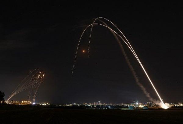 2021年5月12日,以色列鐵穹防禦系統攔截哈馬斯火箭彈。(Menahem KAHANA/AFP)